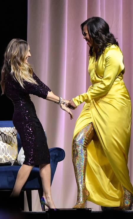 O visual teve direito a uma bota holográfica dourada Foto: Dia Dipasupil / Getty Images