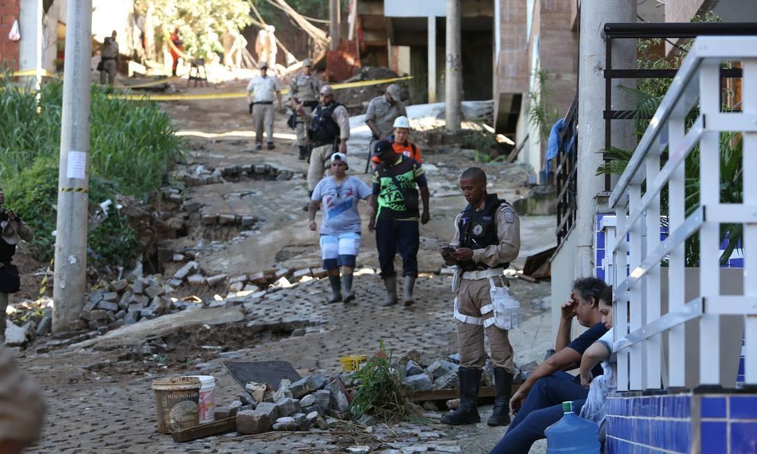 'Milicianos são donos de tudo', diz ex-moradora de condomínio onde prédios desabaram na Muzema Foto: Pedro Teixeira / Agência O Globo