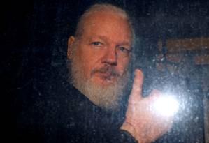 Fundador do WikiLeaks, Julian Assange, ao ser preso em Londres Foto: Peter Nicholls / REUTERS