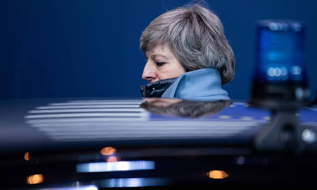 A primeira-ministra britânica Theresa May deixa uma reunião do Conselho Europeu sobre Brexit no Edifício Europa, no Parlamento Europeu, em Bruxelas. Líderes europeus concordaram com a Grã-Bretanha em adiar o Brexit em até seis meses, salvando o continente do que poderia ter sido uma saída caótica no final da semana. O acordo fechado durante a noite de Bruxelas significa que, se Londres continuar na União Europeia depois de 22 de maio, os eleitores britânicos terão de participar das eleições europeias Foto: KENZO TRIBOUILLARD / AFP