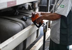Caminhão abastecendo o tanque com óleo diesel em posto de combustíveis de São Paulo Foto: Edilson Dantas / Agência O Globo