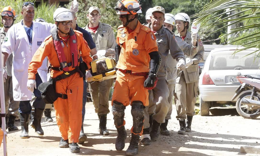 Bombeiros trabalham no resgate de vítimas do desabamento de dois prédios construídos de forma irregular na favela da Muzema, em Itanhangá, Zona Oeste do Rio Foto: Márcio Alves / Agência O Globo