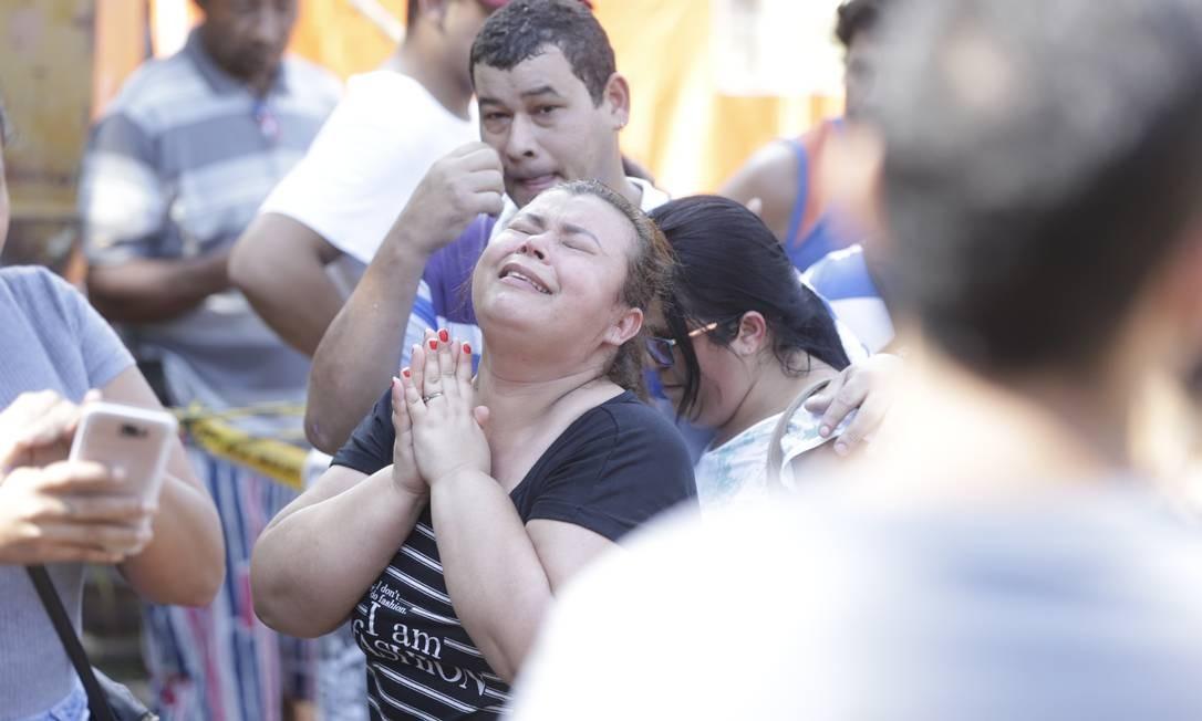 Uma mulher se emociona após resgate de uma vítima Foto: Márcio Alves / Agência O Globo