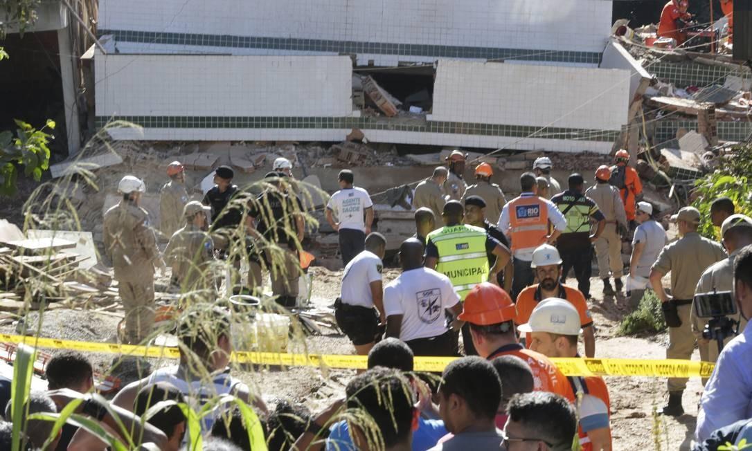 Bombeiros trabalham nos escombros do desabamento de dois prédios no bairro da Muzema Foto: Marcio Alves / Marcio Alves
