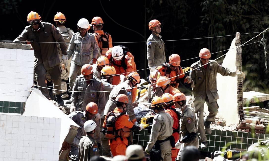 Trabalho de resgate conta com bombeiros de pelo menos três batalhões Foto: Márcio Alves / Agência O Globo