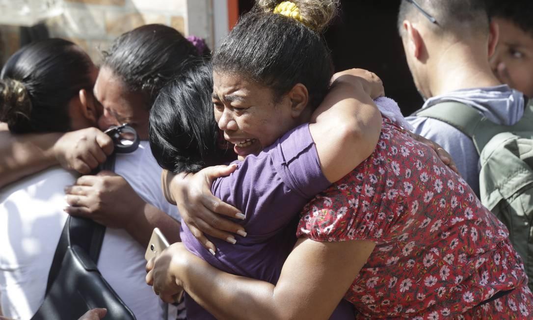Moradores se comovem com a tragédia e dão apoio uns aos outros Foto: Márcio Alves / Agência O Globo