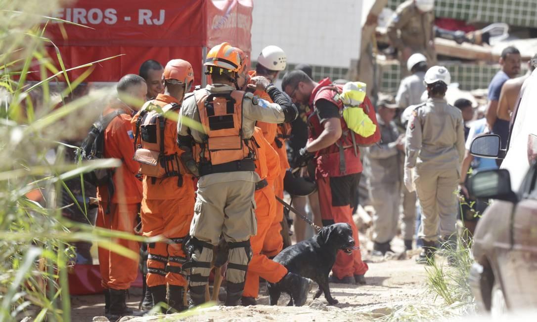 Bombeiros foram acionados às 6h45 da manhã Foto: Márcio Alves / Agência O Globo