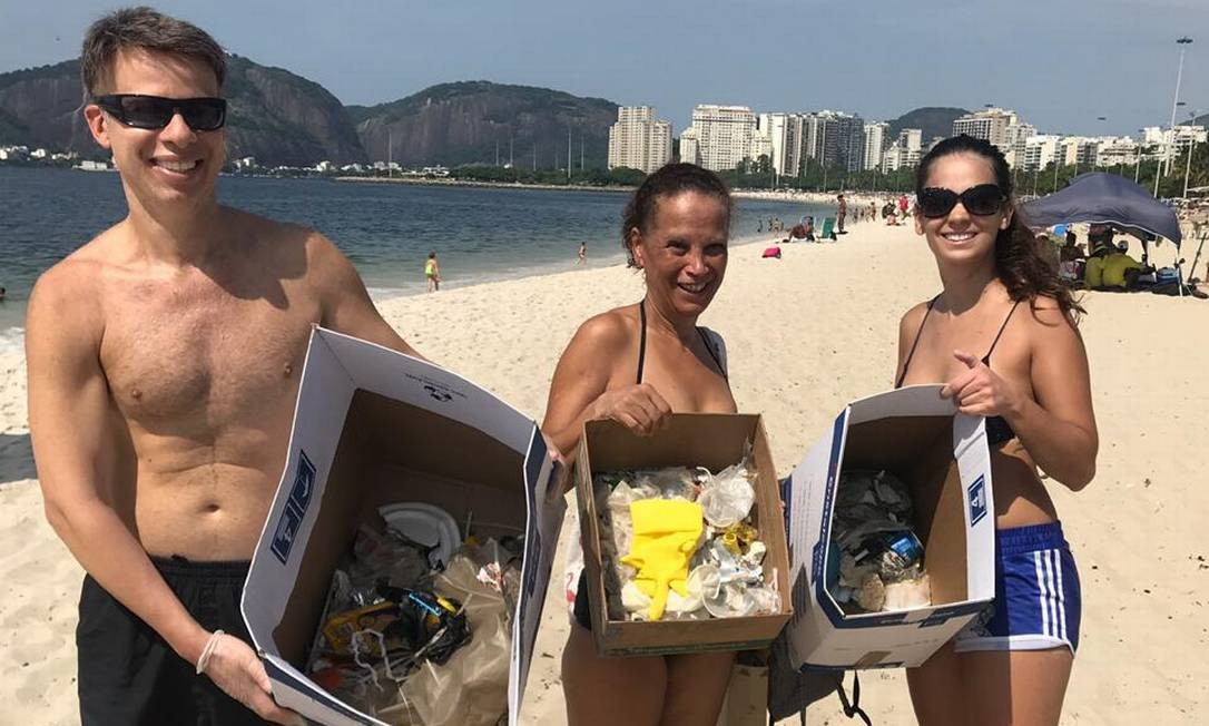 Nathália (à direita) e dois voluntários do mutirão de limpeza Foto: Arquivo pessoal
