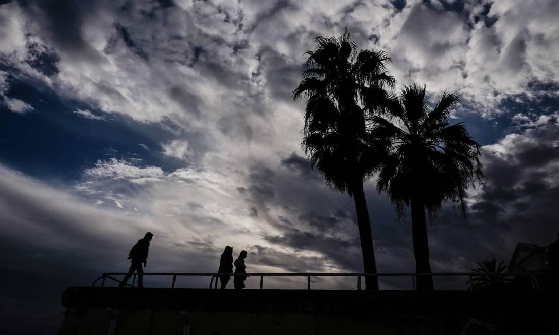 Pessoas caminham ao longo da Promenade des Anglais, na cidade da Riviera Francesa de Nice Foto: VALERY HACHE / AFP