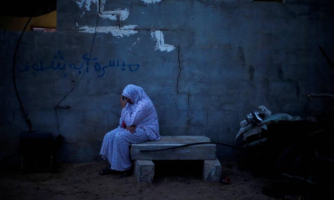 Parente de um jovem palestino morto na fronteira entre Israel e Gaza durante um protesto reage durante seu funeral, no norte da Faixa de Gaza Foto: MOHAMMED SALEM / REUTERS