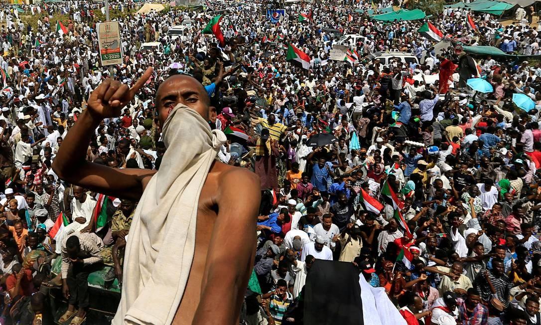 Manifestante sudanês gesticula enquanto monta em cima de um caminhão militar e protesta contra o anúncio do Exército de que o presidente deposto Omar al-Bashir seria substituído por um conselho de transição liderado por militares Foto: STRINGER / REUTERS