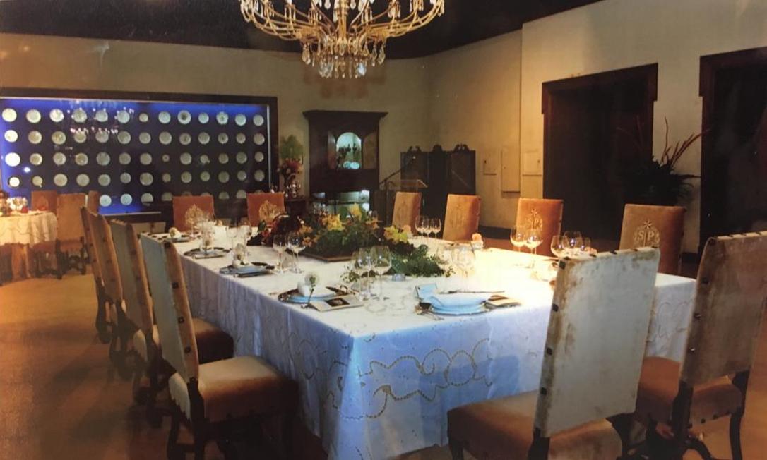 65 pratos com brasões ou monogramas das mais tradicionais famílias paulistanas estiveram por décadas dispostos no salão de banquetes do Palácio dos Bandeirantes Foto: Arquivo