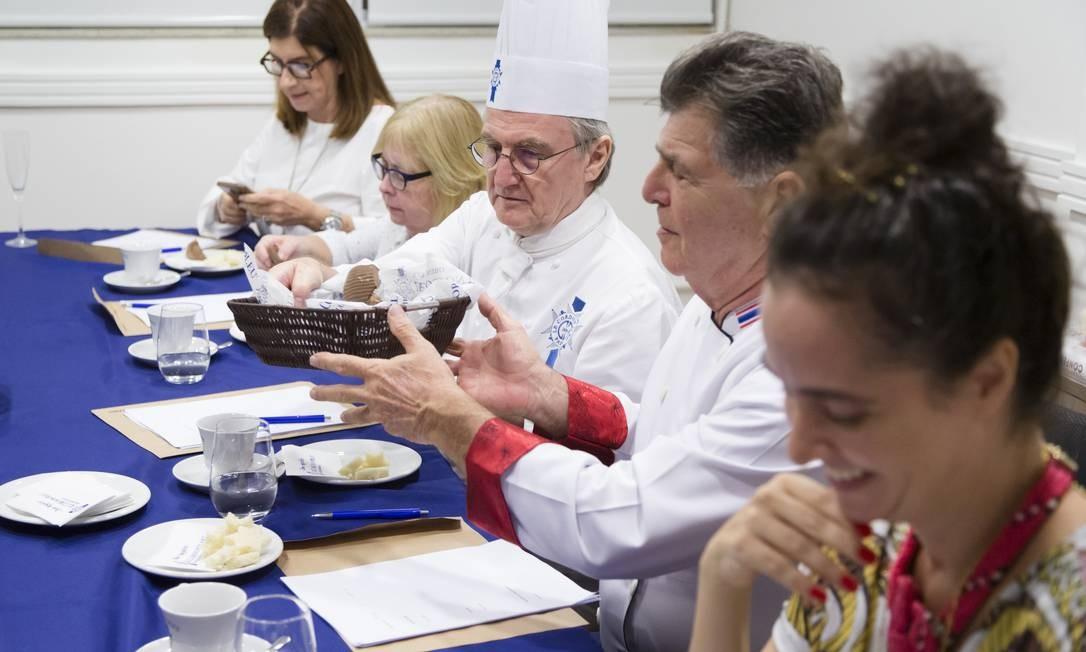 Entre um ovo e outro: Pães para limpar as papilas gustativas foram oferecidos aos participantes Foto: Leo Martins / Agência O Globo