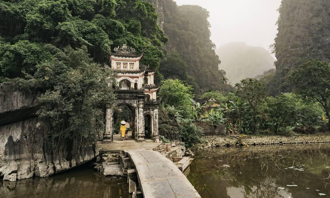 O Bich Dong Pagoda, em Tam Coc. A área circundante é rica em pássaros, mas o desenvolvimento é uma ameaça Foto: DAVID RAMA TERRAZAS MORALES / NYT