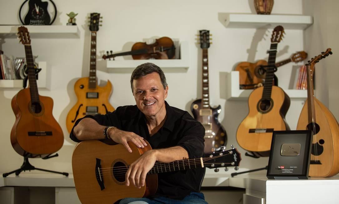 Heitor Castro grava e edita os vídeos em sua casa na Barra Foto: Brenno Carvalho / Agência O Globo