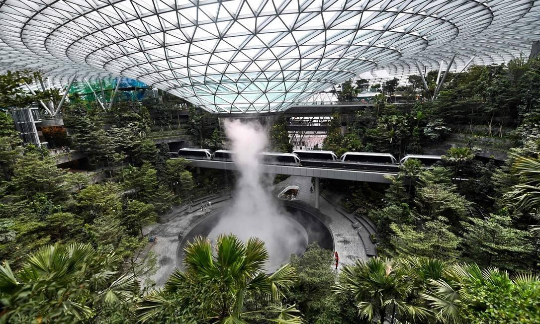 O espaço é um centro comercial anexo ao aeroporto, com lojas, restaurantes e espaços de entretenimento Foto: ROSLAN RAHMAN / AFP