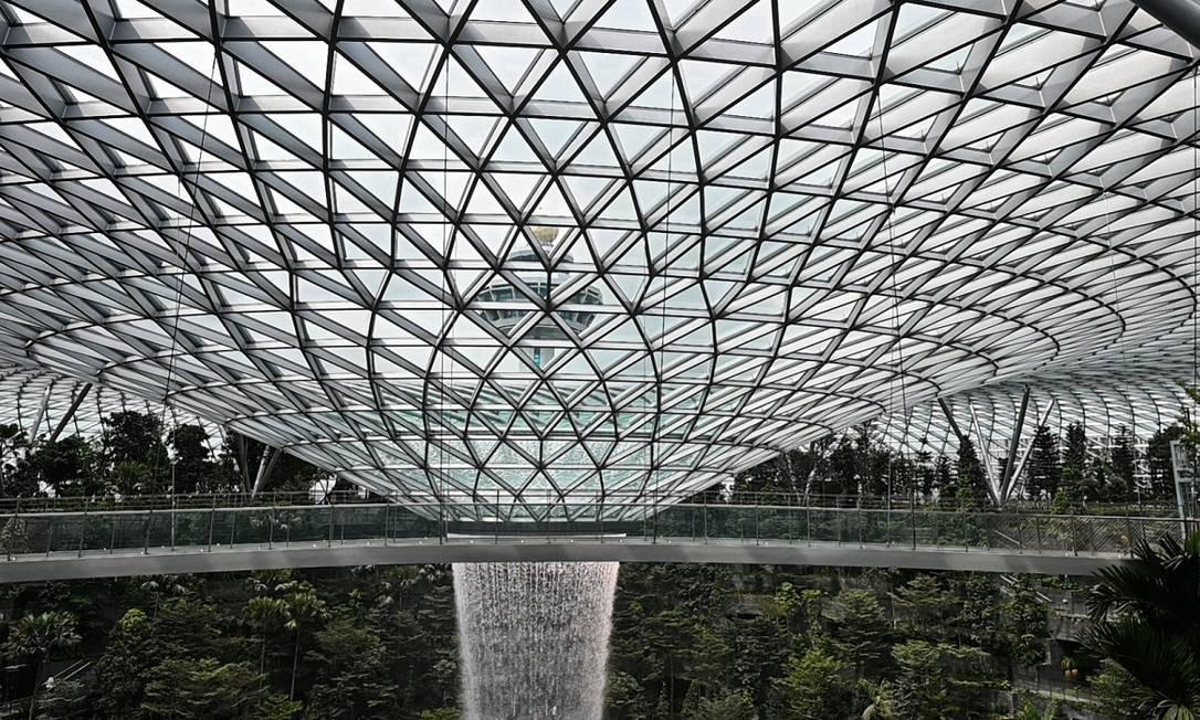 A redoma de vidro permite a entrada da luz natural, algo que não é tão comum em grandes aeroportos pelo mundo. O projeto é do arquiteto Moshe Safdie e já recebeu quatro prêmios, incluindo o International Architecture Award Foto: ROSLAN RAHMAN / AFP