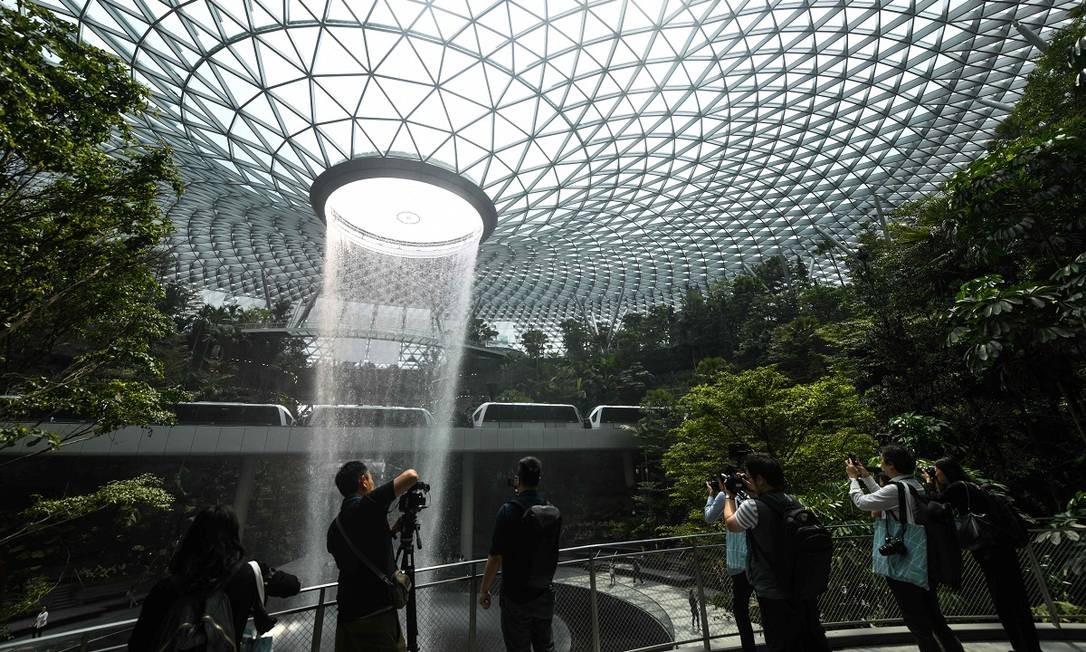 """Safdie quis que o Changi Jewel refletisse a imagem que o mundo tem de Singapura, uma """"cidade-jardim"""" Foto: ROSLAN RAHMAN / AFP"""