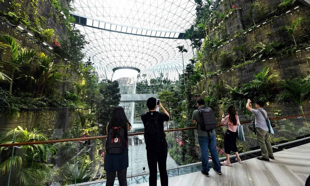 Mais de 20 mil árvores e cem mil arbustos de espécies tropicais foram utilizados para compor o cenário do Changi Jewel Foto: ROSLAN RAHMAN / AFP