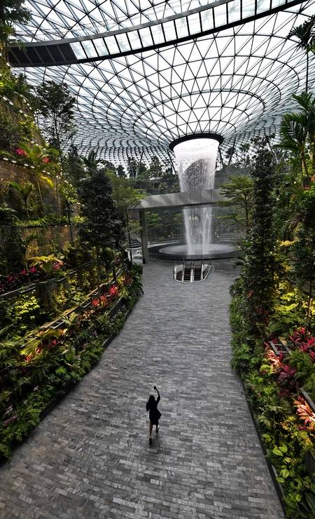 O Changi Jewel tem mais de 38 mil metros quadrados e equivale a um prédio de dez andares Foto: ROSLAN RAHMAN / AFP