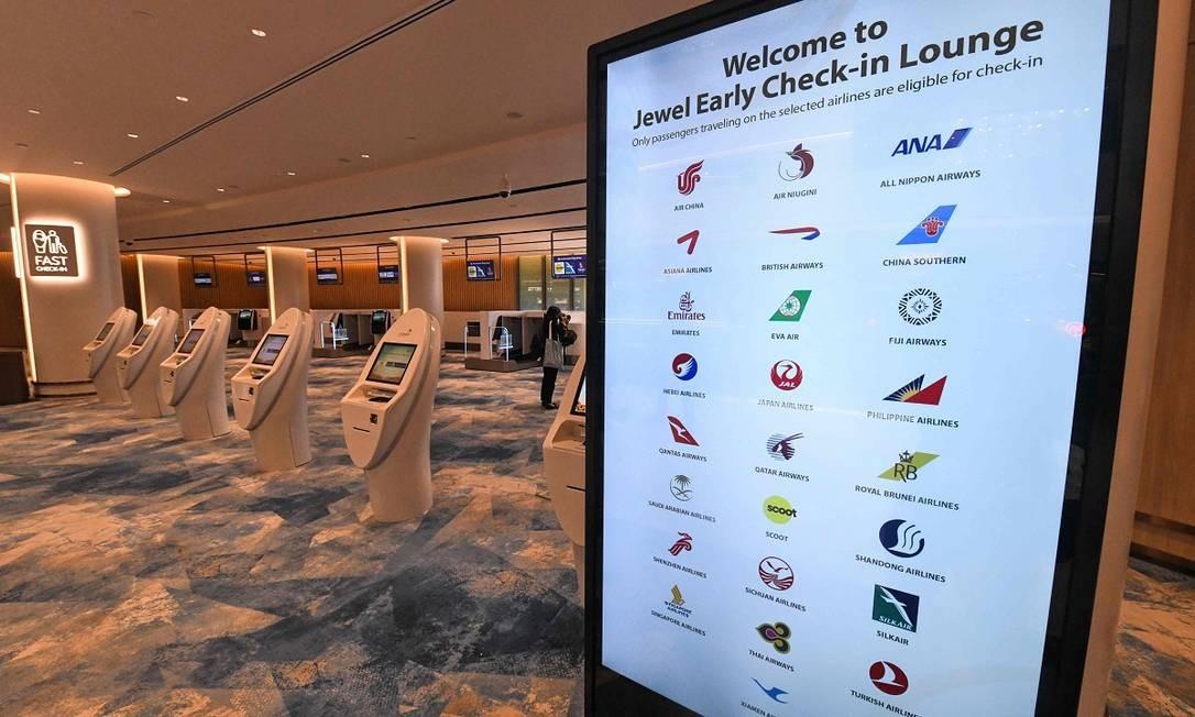 Por isso há áreas reservadas para o check-in e informações de voos. Afinal, o lugar pode ser lindo, mas o passageiro está lá para voar Foto: ROSLAN RAHMAN / AFP