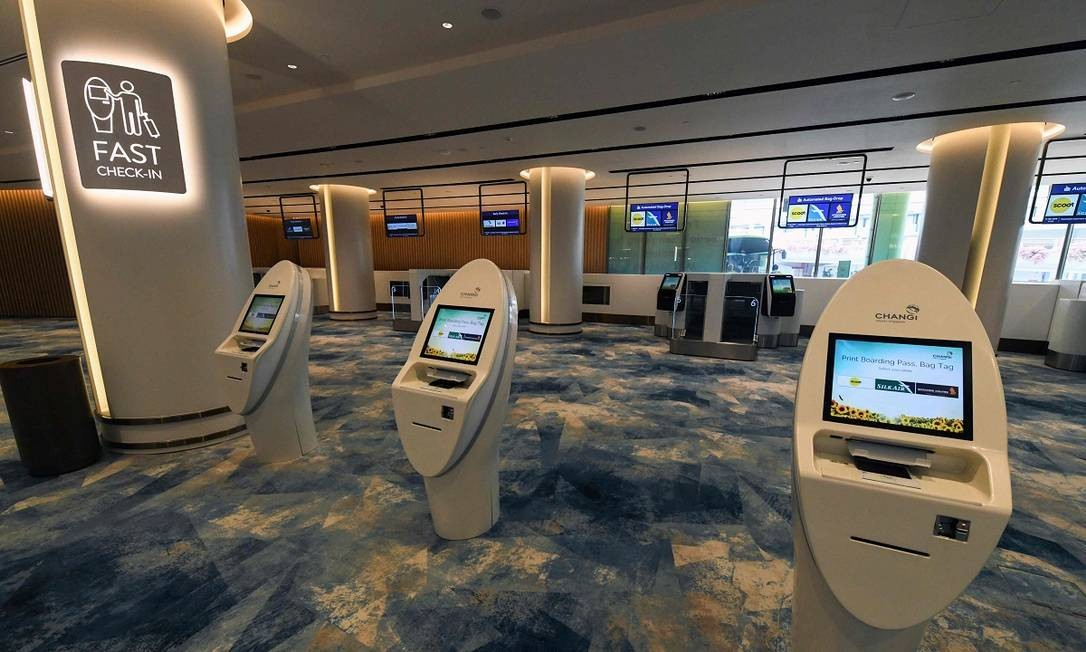 Mas o Changi Jewel não é apenas um jardim tropical com cachoeira futuristas e lojas de luxo. Ele está dentro do terminal que foi eleito, novamente, o melhor aeroporto do mundo Foto: ROSLAN RAHMAN / AFP