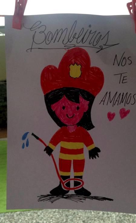 """Em uma das cartas, criança desenhou uma bombeiro e escreveu: """"Nós te amamos"""". Foto: Divulgação"""
