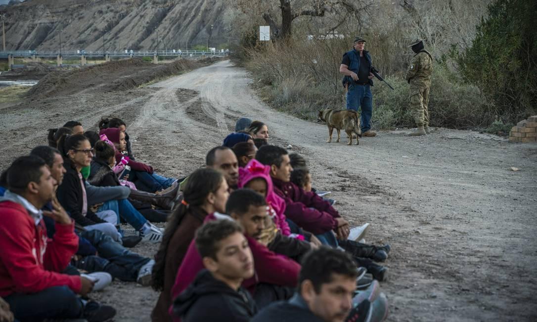 Jeff Allen, de 56 anos, está perto de um grupo de cerca de 30 imigrantes brasileiros que cruzaram a fronteira em sua propriedade em Sunland Park, Novo México, na fronteira EUA-México, em 20 de março de 2019, esperando a patrulha de fronteira dos EUA buscá-los. Foto: PAUL RATJE / AFP