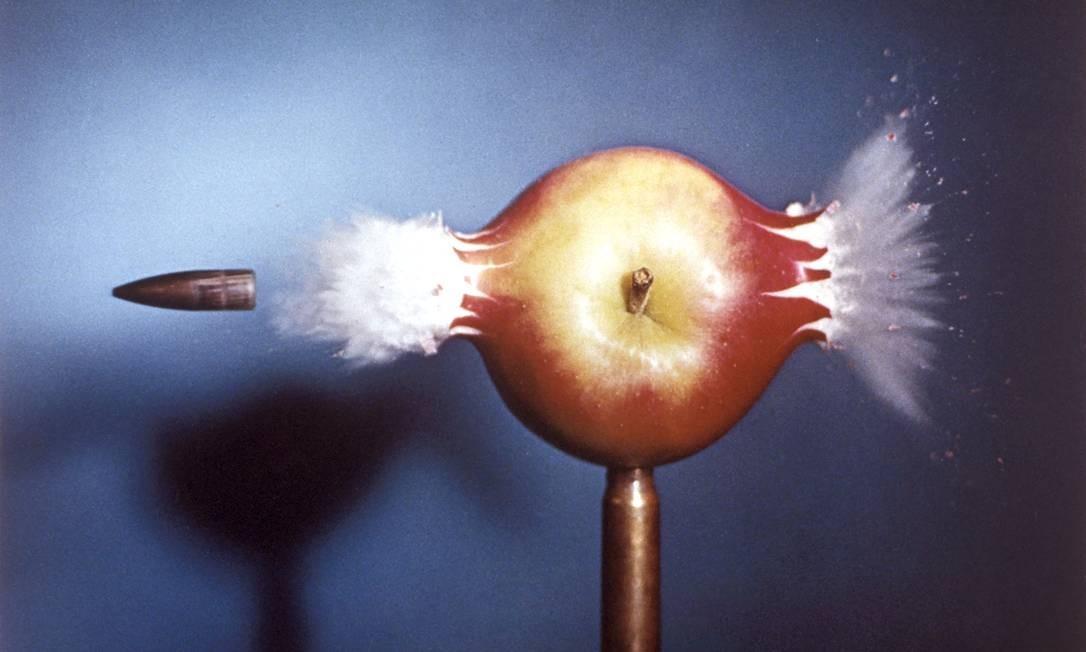 Em 1931, como estudante do MIT, (Harold) Edgerton criou uma combinação de luz estroboscópica com uma câmera, com a qual estudou o movimento ultrarápido de alguns objetos, como o de uma bala de fuzil atravessando uma maçã. Foto: Divulgação
