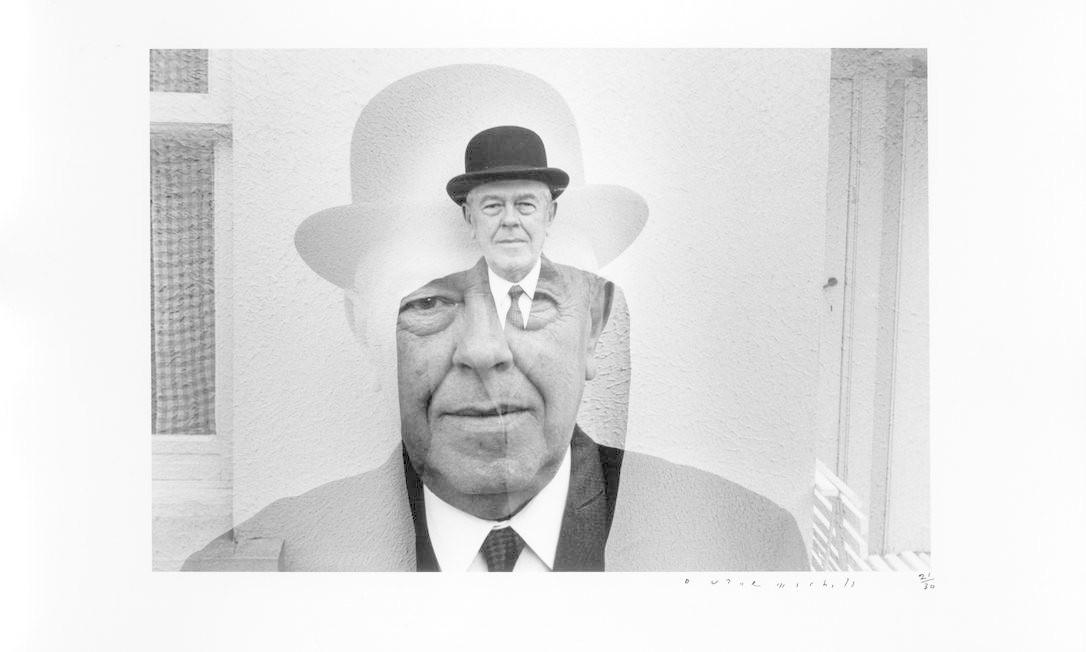 """""""A tendência dos fotógrafos é não fotografar o que não veem"""", escreveu o americano Duane Michals, autor da foto de René Magritte, de 1965. """"Não consigo imaginar uma razão maior para tentar fazer isso. A fotografia tem que transcender descrição para mostrar as coisas como de fato são. Não como são vistas mas como são sentidas"""". Foto: Divulgação"""