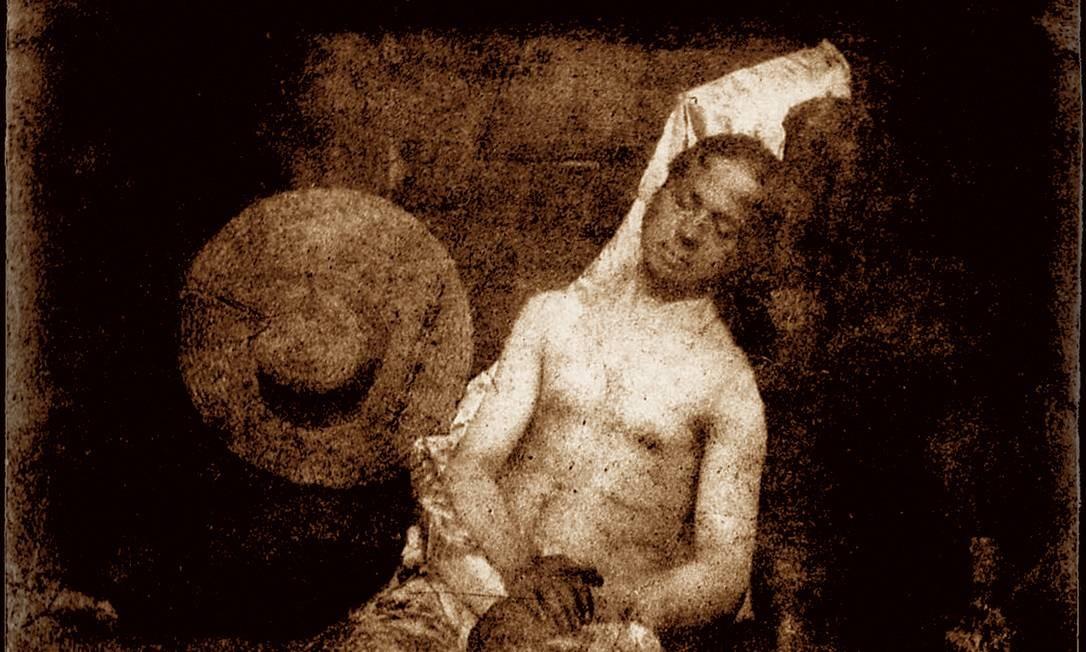 Ao saber que toda a glória da invenção da fotografia foi para seu concorrente, Daguerre, Hippolyte Bayard ficou furioso. Mandou para a Academia de Ciências francesa um autorretrato em que aparece afogado. A foto, de 1839, uma das primeiras da História, já é uma performance, e mostra como a fotografia nasce arte. Foto: Divulgação