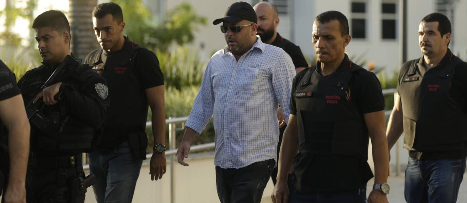 Cercado por policiais civis, Ronald é levado para a cadeia: ele foi um dos alvos da operação Os Intocáveis Foto: Gabriel Paiva