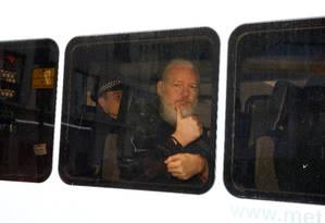 Fundador do WikiLeaks, Julian Assange, ao ser preso em Londres Foto: HENRY NICHOLLS / Reuters