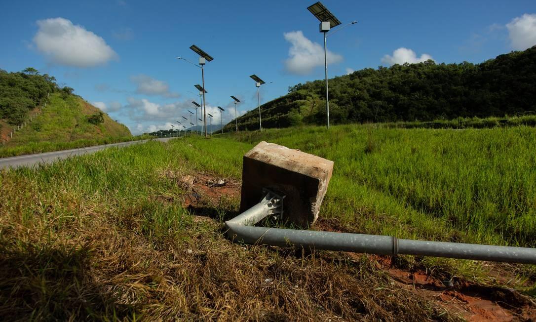 O abandono do Arco Metropolitano: postes de energia solar caídos e com sinais de furto. Foto: Brenno Carvalho / Agência O Globo