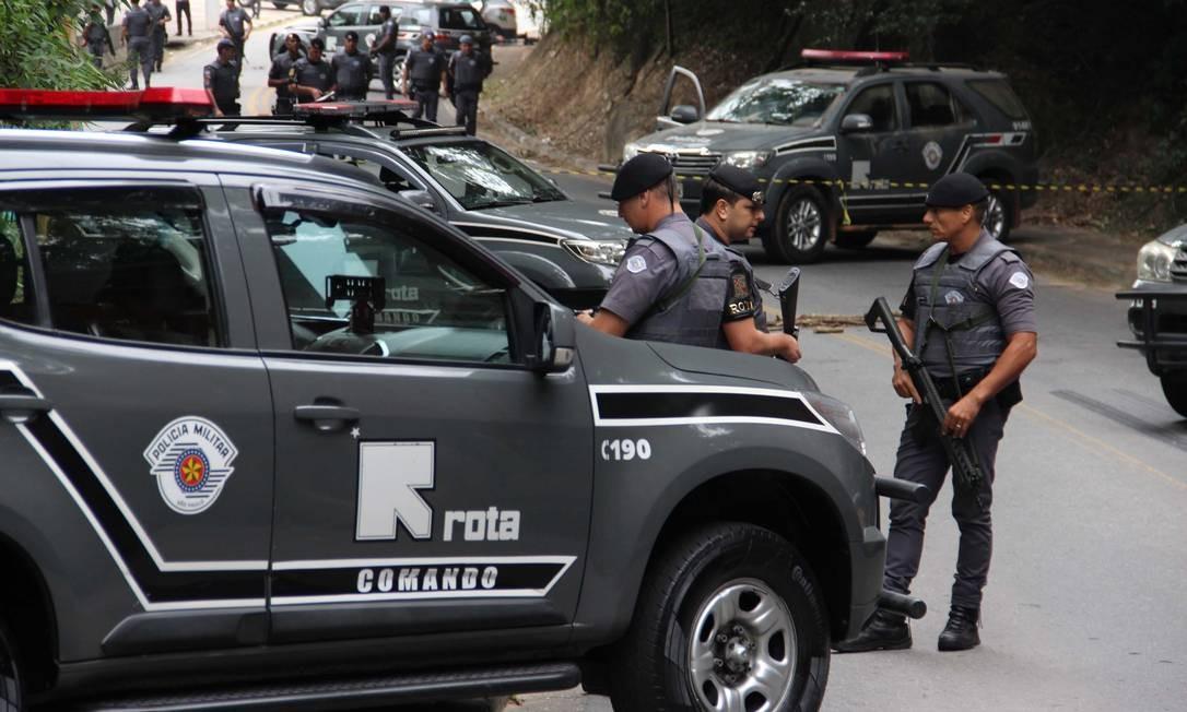 Agentes da PM de São Paulo reunidos após ação que matou 11 suspeitos envolvidos em um assalto a duas agências bancárias em Guararema, no início do mês Foto: JONNY UEDA / Agência O Globo
