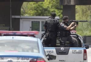 Agentes da Polícia Militar do Rio de Janeiro na Cidade de Deus, em 2016 Foto: Urbano Holanda Erbiste / Agência O Globo
