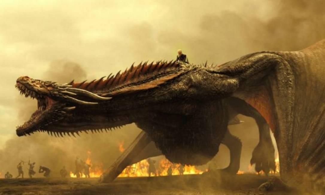 Daenerys no dorso de um de seus dragões em cena da série 'Game of thrones' Foto: Divulgação