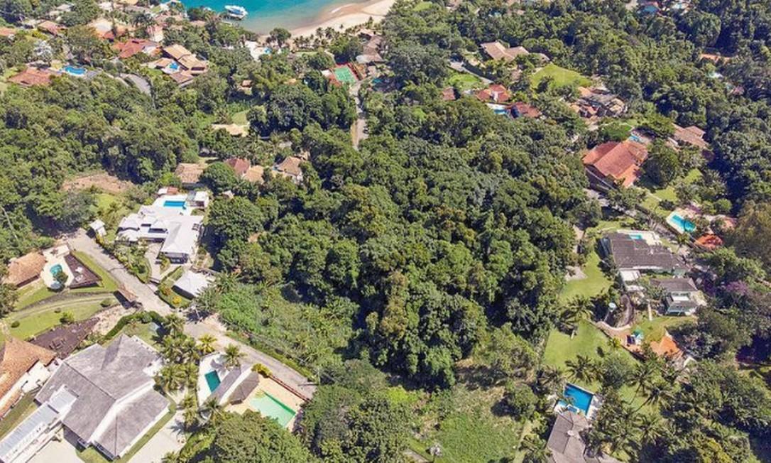 Ao centro, o terreno de Ronnie Lessa, em Portogalo: a propriedade, cercada por árvores, estava prestes a ganhar muro de três metros de altura para a impedir a visão de fora Foto: Brenno Carvalho / Agência O GLOBO