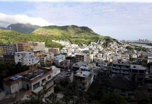 Construção desordenada - e ilegal - de prédios na Muzema Foto: MARCELO THEOBALD / Agência O Globo