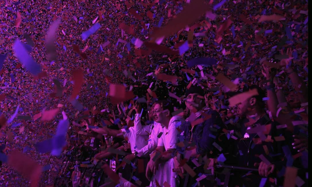 A plateia sob a chuva de papel picado no show do Tame Impala Foto: VALERIE MACON / AFP