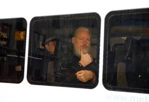 Julian Assange depois de ser preso em Londres Foto: Henry Nicholls / REUTERS