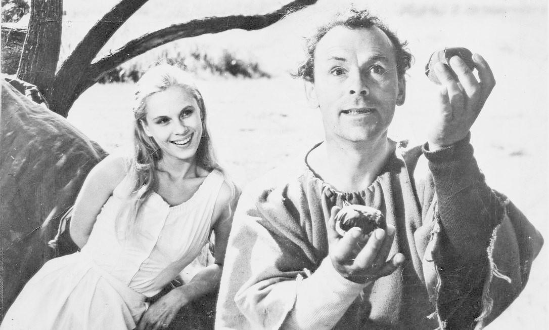 Bibi Andersson (à esquerda) e Nils Poppe em cena de 'O sétimo selo', clássico de Ingmar Bergman Foto: Divulgação