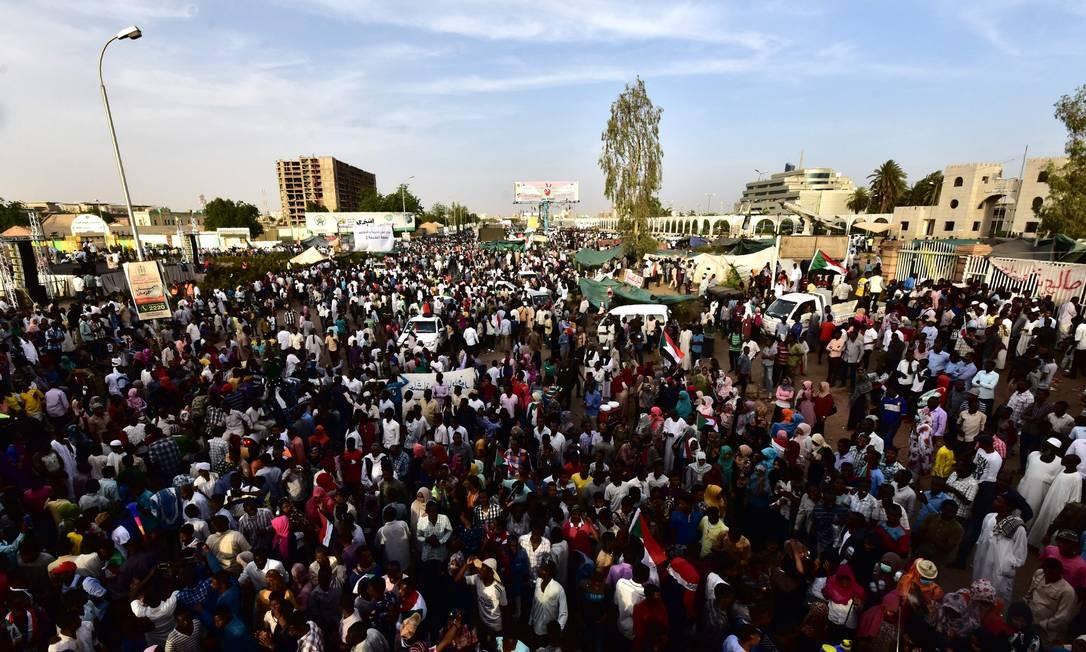 Manifestantes sudaneses se reúnem junto ao quartel-general do Exército neste domingo: líderes dos protestos querem que junta militar ceda 'imediatamente' o poder Foto: AHMED MUSTAFA/AFP