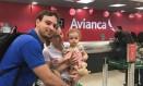 O casal Luciana Otoni e Diego Cardoso, junto a filha Luiza, de 1 ano, aguardavam apreensivos no balcão da companhia para saber se conseguiriam embarcar em algum outro voo de volta à Brasília Foto: Bárbara Nóbrega