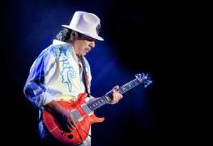 Em ação. Com seu chapéu e instrumento inseparáveis, Santana prepare-se para mais um solo de assinatura própria Foto: Roberto Finizio / Extra
