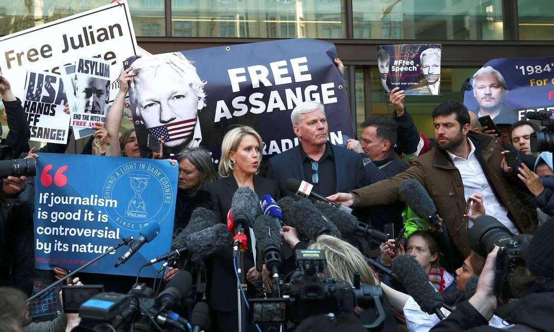 Representantes do WikiLeaks conversam com jornalistas em Londres depois da prisão de Julian Assange Foto: Hannah Mckay / Reuters
