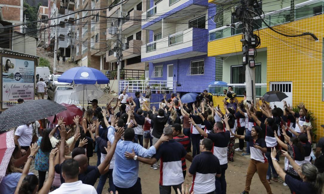 Neste domingo, moradores e voluntários acompanhavam o trabalho de equipes de resgate onde dois prédios desabaram na Muzema, na Zona Oeste Foto: Gabriel Paiva / Agência O Globo