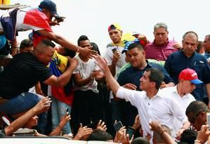 O 'presidente encarregado' da Venezuela Juan Guaidó, reconhecido por mais de 50 países, cumprimenta apoiadores em comício na cidade de Villa del Rosário no sábado: 'paralisia' de nações vizinhas é alvo de críticas Foto: Isaac Urrutia/REUTERS
