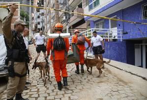 Prefeitura aguarda o fim do trabalho dos bombeiros para dar início à demolição de imóveis na Muzema Foto: Fábio Guimarães / Agência O Globo