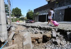 A Rua Jorge de Gouveia, no Jardim Botânico: obras para recuperar via que foi destruída levará mais tempo Foto: Guilherme Pinto / Agência O Globo